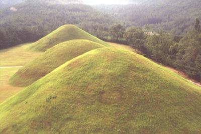 韓国 (慶州 西岳洞古墳群)