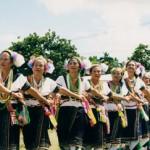 豊年祭で踊りを披露するアミの女性達