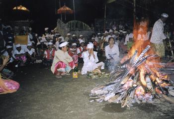 焚き火に祈りを捧げる僧侶 バリ島ヤン・アピ村の「火を食べる行事」