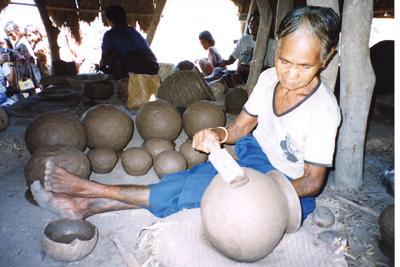 叩き板による土器の成形(インドネシア・スンバ島)