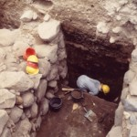 エン・ゲヴ遺跡の二重の城壁とその間に堆積した焼土層 鉄器時代