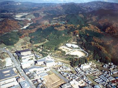 大和山内と調査中の布留遺跡豊井(打破り)地区(下中央・1990年)
