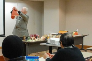 「いぬ」の折り方を説明する竹村講師