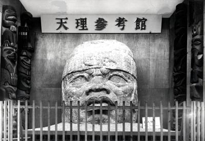 当館が現在地へ移転する前に展示していた頃のオルメカ石頭像(レプリカ)