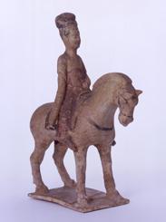 41.黄白釉加彩騎馬女子