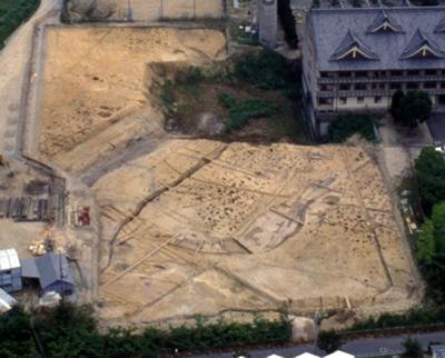布留遺跡杣之内(樋ノ下・ドウドウ)地区の大型掘立柱建物群と『日本書紀』履中天皇条の「石上溝(いそのかみのうなで)」と推定される大溝(5~6世紀)