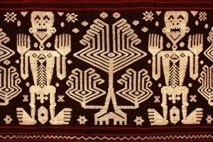 生命の木文と人物文がある紋織布 インドネシア、スンバ島