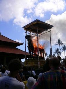 燃え上がる牛形の棺 インドネシア、バリ島